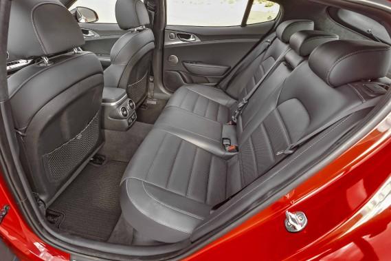 C'est le lot des coupés. Les bagages sont plus faciles à caser dans le coffre que les passagers arrière dans leur siège. (kia)