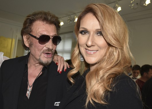 Johnny Hallyday pose aux côtés de Céline Dion avant un défilé d'une collection de Christian Dior en 2016. (PHOTO ARCHIVES AP)