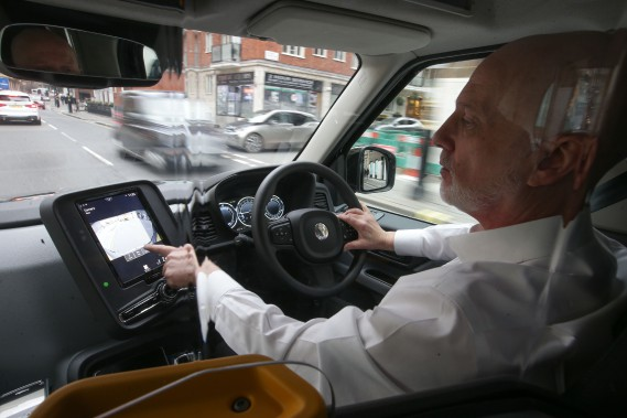 Peter Powell, âgé de 61 ans et chauffeur de taxi à Londres depuis 21 ans, accepte une course relayée sur l'écran tactile de son ordinateur de bord. Il aime le nouveau TX eCity, mais il dit que les chauffeurs plus âgés n'aiment pas le changement, en général. (AFP)