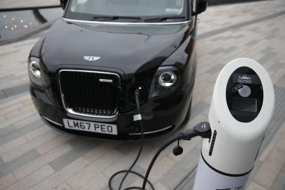 Un taxi TX eCity branché à une de recharge rapide.Il ne s'agit pas à proprement parler d'un véhicule tout électrique. Dans le jargon automobile, c'est un «hybride en série» rechargeable (comme la Chevrolet Volt vendue en Amérique du Nord), c'est-à-dire mu par un moteur électrique, mais dont les batteries peuvent aussi être rechargées par une génératrice à essence intégrée dans la voiture. (AFP)