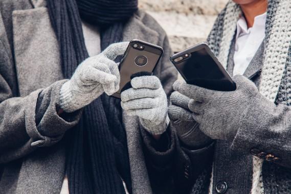 <strong>Des gants «tactiles».</strong>À l'ère des écrans tactiles en voiture, des gants comme les Digits de Moshi, conçus pour aller de pair avec l'écran de votre téléphone intelligent, conviennent tout aussi bien avec les commandes de la ventilation intégrées à un menu obscur de ce grand écran ACL fort joli, mais ô combien mal adapté aux doigts gelés du lundi matin... 30$. www.moshi.com (Photo : Moshi)