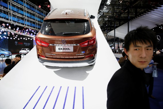 Vue des visiteurs au stand de BAIC au Salon de l'auto de Pékin le 25 avril 2016. (photo : REUTERS)