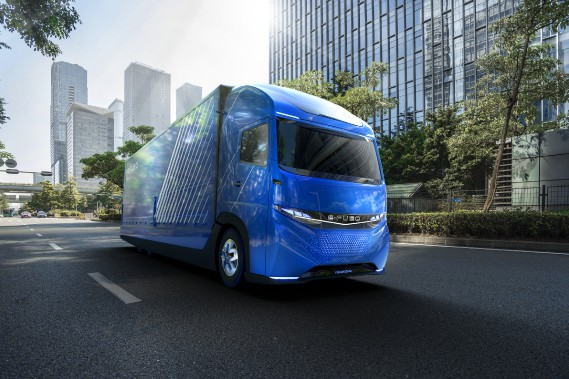 Daimler a présenté au récent Salon de l'auto de Tokyo l'e-Fuso Vision One, un poids-lourd pesant 12 tonnes et ayant 11 tonnes de charge utile, qui disposera de 350 kilomètres d'autonomie grâce à sa batterie de 300 kW. Ce camion interurbain de relative proximité doit être produit bientôt.<strong></strong> (Daimler AG)