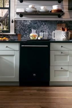 Noir:Les électroménagers noirs, aux finis à l'épreuve des traces de doigts, font une percée dans la cuisine. Certains modèles de la collection GE Café ont par exemple un fini ardoise noir, qui est mat. (PHOTO FOURNIE PAR ÉLECTROMÉNAGERS GE)
