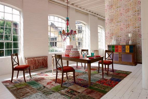 Rouge «caliente»:Les chaises Architecte, de la collection Nouveaux Classiques chez Roche Bobois, donnent le ton. Leur structure est en hêtre massif, assemblé par tenons et mortaises, tandis que leur dossier croisillon est en fer vieilli. (PHOTO FOURNIE PAR ROCHE BOBOIS)