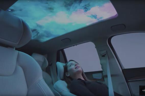 Le QLED MoodRoof est la solution de Harman/Kardon pour aider les automobilistes pris dans les bouchons de l'avenir à rester zen. ()