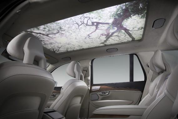 Harman pense que bien-être des automobilistes de l'avenir serait aidé en projetant ces images sylvestres au plafond, tout en diffusant dans la cabine des sons et de la musique de circonstance. ()