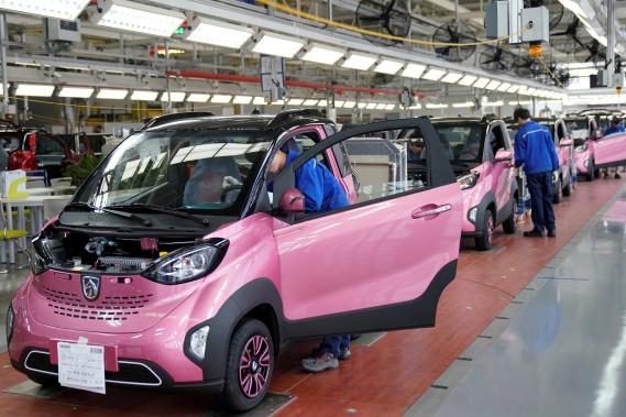 Des Baojun E100 tout électriques de General Motors arrivent à la fin de la chaîne de montage à Liuzhou, en Chine. (REUTERS)