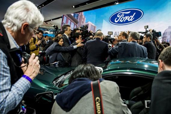 Jim Hackett, le pdg de Ford, était assailli par les médias lors du dévoilement de la Mustang Bullitt 2019. (The Flint Journal-MLive.com via AP)
