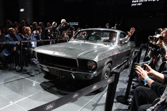 Ford a présenté la Mustang Bullitt 2019 (à d.) aux côtés de la Mustang fastback originale, pilotée par Steve McQueen dans les plans rapprochés de la scène de poursuite du film Bullitt. La voiture originale a volé le spectacle. (AFP)