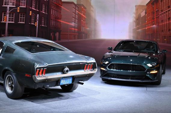 Ford a présenté la Mustang Bullitt 2019 (à d.) aux côtés de la Mustang fastback originale, pilotée par Steve McQueen dans les plans rapprochés de la scène de poursuite du film Bullitt. (AFP)