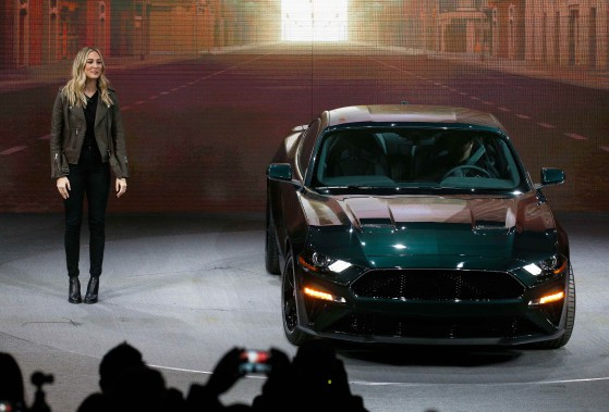 L'actrice américaine Molly McQueen, petite-fille de Steve McQueen, a présenté la Ford Mustang Bullitt 2019, une voiture sport inspirée du film du même nom, mettant en vedette l'acteur et pilote Steve McQueen. (REUTERS)