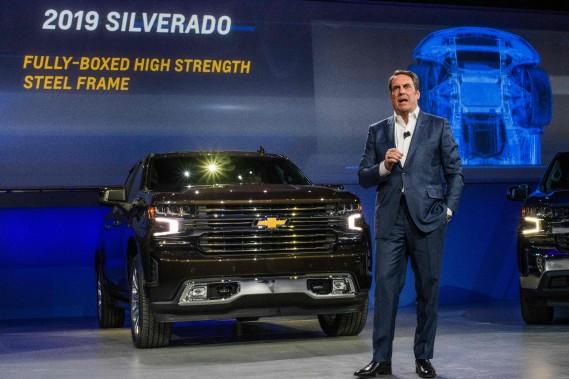 Mark Reuss, vice-président chez GM, a présenté le nouveau Chevrolet Silverado, qui a désormais certains panneaux de carrosserie en aluminium mais qui reste essentiellement un pick-up en acier. Reuss a lancé une pointe au rival F-150 en aluminium : «Vous ne voudriez pas d'un marteau en aluminium, pas vrai ?», a-t-il lancé à l'auditoire. (AFP)