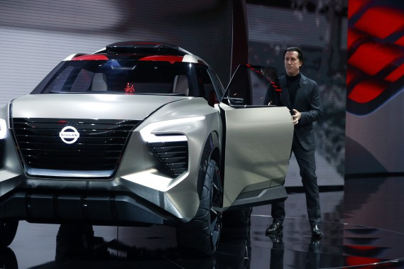 Alfonso Albaisa, le patron du design chez Nissan, présent le prototype X-Motion. (AP)