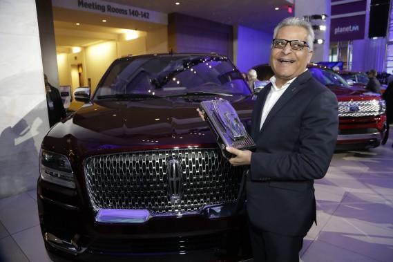 Le gros VUS Lincoln Navigator a remporté un des prix des véhicules de l'année au Salon de l'auto de Détroit. Ci-haut, le vice-président responsable de Lincoln, chez Ford, Kumar Galhotra. (AP)