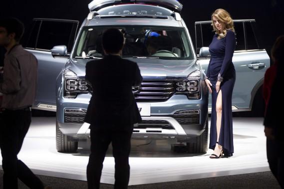 Une hôtesse pose près du VUS G8 au kiosque de GAC au Salon de l'auto de Détroit. (AFP)