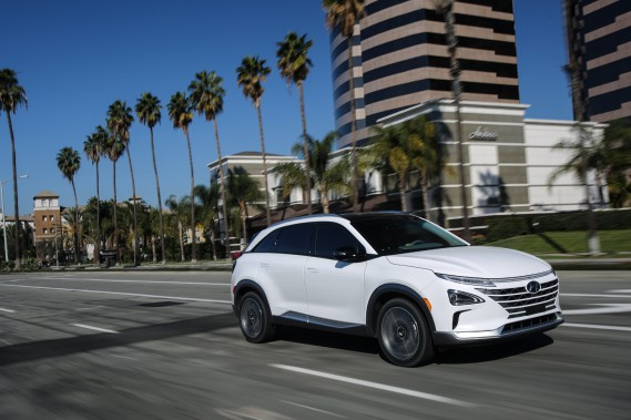 <strong>Hyundai Nexo -</strong>Ce petit VUS à pile à combustible promet 600 km d'autonomie par plein et sera commercialisé sous peu aux États-Unis. Hyundai a profité du CES pour ajouter quelques technologies futuristes à ce que le constructeur appelle son «Cockpit personnel intelligent», recourant à l'intelligence artificielle et à la reconnaissance vocale afin de faciliter la vie du conducteur. Des capteurs logés dans le siège et le volant devraient l'aider à... (Hyundai)