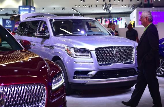 Le nouveau Lincoln Navigator jette l'ancre à Montréal après avoir été auréolé «Utilitaire de l'année» par un panel de journalistes. Il avait fait été bien accueilli par la presse automobile dès sa première apparition au Salon de l'auto de New York, puis à celui de Los Angeles (ci-haut). (photo : AFP)