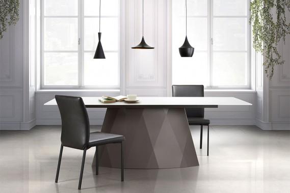 La base en acier de la table Diamond, de Trica, est offerte dans une vingtaine de finis. Le plateau peut être en verre, dans un choix de quatre couleurs, ou en bois, dans une dizaine de finis. La dimension de la table varie aussi au gré des commandes. (PHOTOMONTAGE FOURNI PAR TRICA)