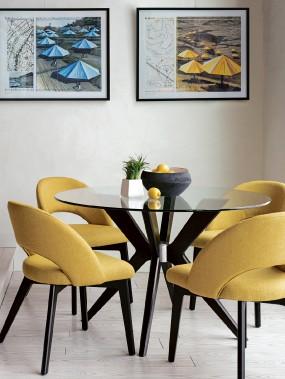 Cette table de Canadel aurait pu être rectangulaire et suffisamment grande pour nécessiter une deuxième base, dans 52 couleurs de bois. Le dessus de la table? Treize autres options de verre clair ou givré auraient pu être sélectionnées. Les chaises sont jaunes, mais elles auraient pu être recouvertes de 54 autres tissus. (PHOTO FOURNIE PAR CANADEL)