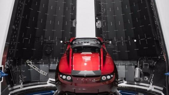 LeRoadster rouge que Elon Musk destine à devenir un satellite artificiel de la Terre.Le premier vol de Falcon Heavy pourrait avoir lieu d'ici une semaine. Comme SpaceX ne veut pas mettre de charge utile à bord pour ce lancement expérimental, Elon Musk a décidé de mettre son Roadster dans la soute. (Instagram)
