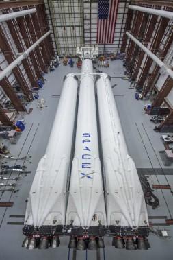 La fusée Falcon Heavy, encore couchée dans le hangar d'assemblage de SpaceX le 17 décembre, avant qu'on la redresse en position verticale. (photo : spacex via AP)