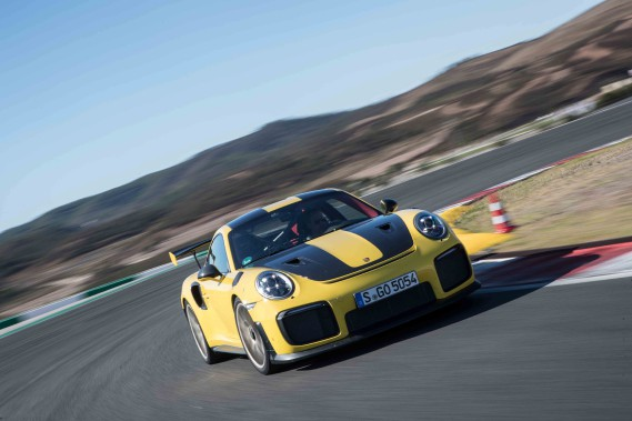 Et dire qu'autrefois, on la redoutait. Pourtant, au fil des années et des refontes, la 911 n'a jamais été aussi facile à conduire. Un constat qui déplaît souverainement aux (vrais) propriétaires de Porsche qui n'aiment guère admettre que le premier conducteur venu pourrait prendre leur place. Vrai, sauf au volant de la GT2 RS... (Toutes les photos : Porsche)