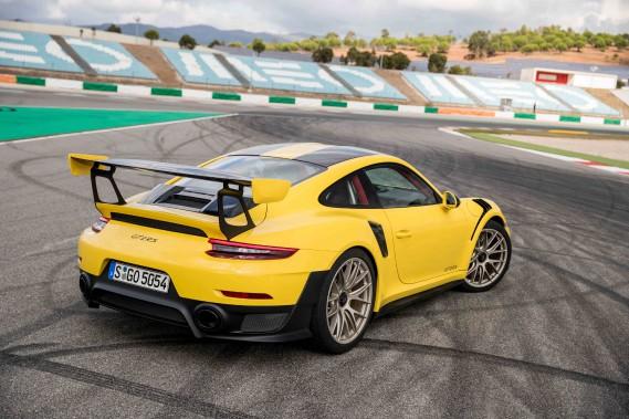 La 911 GT2 RS de Porsche n'a pas la flamboyance d'une Lamborghini Huracan et encore moins le lissé d'une McLaren 720S. L'envoûtement qu'elle suscite se trouve ailleurs. Jamais, dans l'histoire automobile, un modèle n'aura témoigné autant de fidélité à sa ligne originale et accumulé un si riche savoir-faire technique. Voilà une voiture-culte. ()