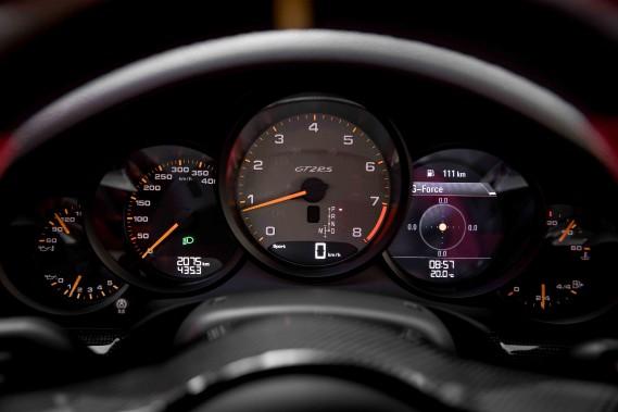 Si vous regardez bien à gauche, la vitesse maximale affichée sur le cadran est de 400 km/h. ()
