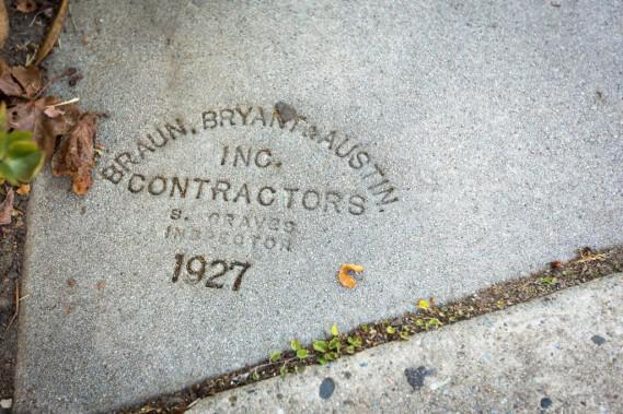 Sur plusieurs escaliers, on peut encore voir l'estampe du contracteur, ici Braun, Bryant&Austin, sur un escalier construit en 1927. (PHOTO OLIVIER JEAN, LA PRESSE)