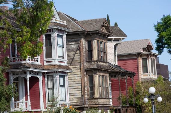 Certaines maisons ont été restaurées, alors que d'autres semblent laissées à l'abandon, offrant un paysage contrasté au fil de la randonnée. (PHOTO OLIVIER JEAN, LA PRESSE)