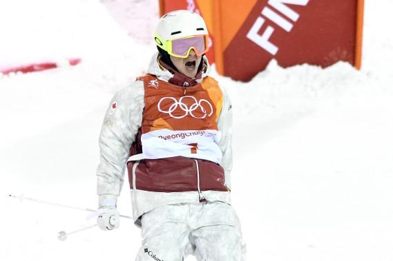 Mikaël Kingsbury célèbre à la fin de sa descente en super finale. (Photo Bernard Brault, La Presse)