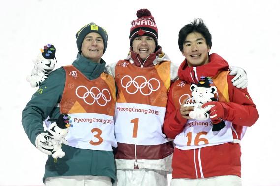 Mikaël Kingsbury (médaille d'or, au centre), entouré de l'AustralienMatt Graham (médaille d'argent, à gauche) et du JaponaisDaichi Hara (médaille de bronze, à droite). (Photo Bernard Brault, La Presse)