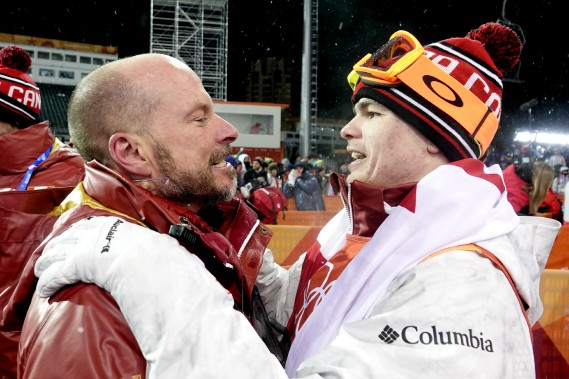 Mikaël Kingsbury célèbre avec son entraîneur Rob Kober. (Photo Bernard Brault, La Presse)