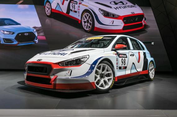 La voiture de course Hyundai i30 N TCR. ()