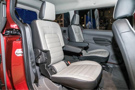 Le Transit Connect en version 7-passagers montre qu'un fourgon transformé en fourgonnette est une bonne façon pour Ford de viser les familles sans avoir à financer un retour dans le segment des fourgonnettes, abandonné en 2003 par l'Ovale bleu avec la mise au rancart du Windstar. ()