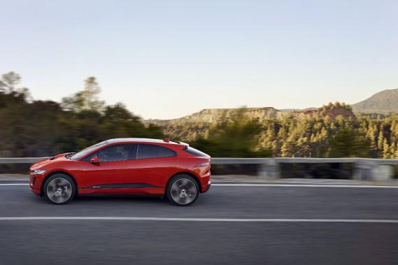 La Jaguar I-Pace à rouage intégral est mue par deux moteurs électriques donnant --ensemble-- 394 chevaux (294 kW) et 512 lb-pi de couple. (Photos Jaguar-Land Rover)