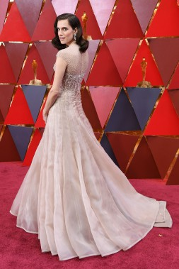 L'une des premières stars à fouler le tapis rouge, Allison Williams, révélation dans le film à sensation<em>Get Out</em>, a illustré la tendance du jour avec une robe de bal Armani couleur crème. (AFP)