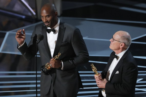 La vedette des Lakers de Los Angeles, Kobe Bryant, a remporté l'Oscar du meilleur court métrage d'animation, <em>Dear Basketball</em>. (REUTERS)