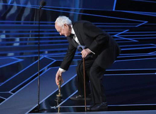 James Ivory dépose sur le plancher l'Oscar du meilleur scénario adapté qu'il a remporté pour <em>Call Me by Your Name</em>. (REUTERS)