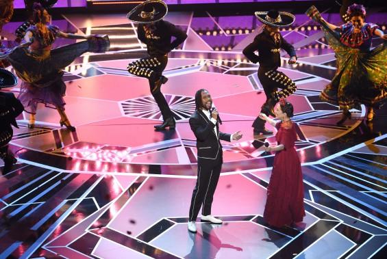 Miguel et Natalia Lafourcade chantent la chanson oscarisée <em>Remember Me</em>, tirée du film d'animation <em>Coco</em>. (AP)