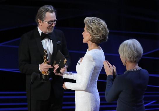 Gary Oldman a reçu sa statuette des mains de Jane Fonda et de Helen Mirren. Il a été récompensé pour son interprétation de Winston Churchill dans <em>Darkest Hour</em>. (REUTERS)