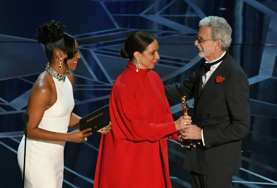 Frank Stiefel a reçu l'Oscar du meilleur court métrage documentaire, <em>Heaven is a Traffic Jam on the 405</em>, des mains des comédiennes Maya Rudolph et Tiffany Haddish. (AFP)