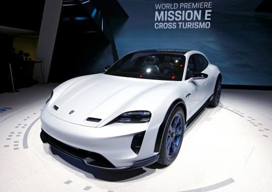 La Porsche Mission E Cross Turismo est une des ripostes électriques que préparent les constructeurs allemands pour parer aux assauts de Tesla et des autres constructeurs qui misent sur l'électrification automobile. La Mission E a été dévoilée au Salon de l'auto de Genève. (REUTERS)
