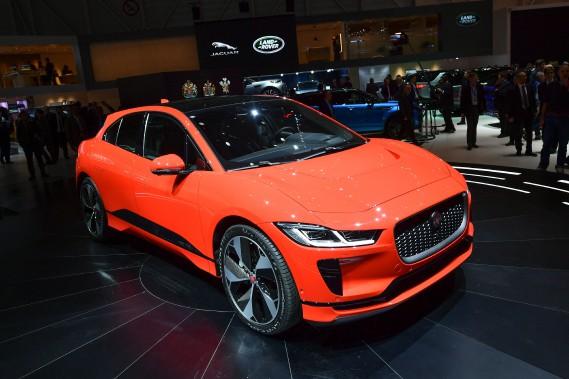Le VUS Jaguar I-Pace est la première attaque directe d'un constructeur européen renommé contre l'hégémonie électrique de Tesla. Mais les modèles électriques comme celui-ci pourraient permettre à des marques non allemandes d'augmenter leurs parts de marché dans le segment haut de gamme actuellement dominé par Mercedes-Benz BMW, Audi et, dans une moindre mesure, Porsche. (AFP)