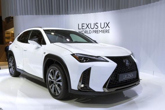 Le petit VUS Lexus UX arrive avec une version à essence et une version hybride. (AP)