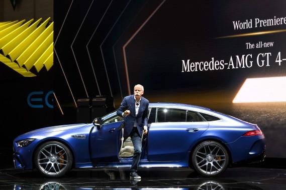 Dieter Zetsche, grand patron du Groupe Daimler, s'extrait de la nouvelle Mercedes-AMG GT 4-portes. Seule la version la version 53 AMG reçoit unehybridation légère48 volts composé d'un alterno-démarreur et d'un moteur électrique d'à peine 22 ch pour couper le six cylindres à certaines allures. La 63 AMG est mue uniquement par un V8. (AFP)
