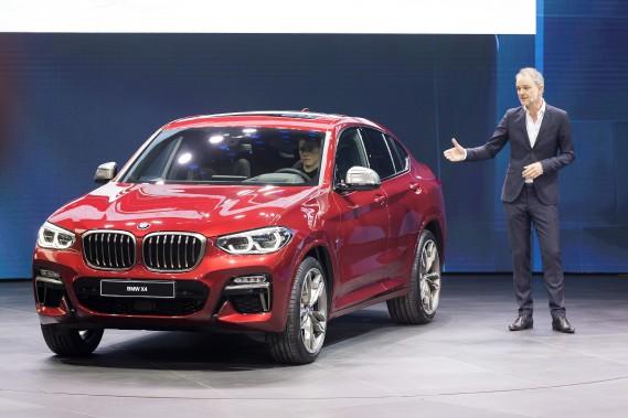 Adrian Van Hooydonk, premier vp design chez BMW présente le BMW X4, offert pour le moment seulement avec des motorisations conventionnelles.Le X4 sera offert en version hybride rechargeable en 2019, puis tout électrique en 2020.<br /><br /> (AP)