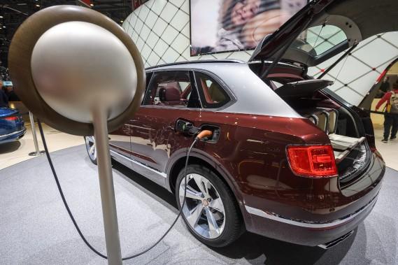 Même le gros Bentley Bentayga vient désormais en version hybride rechargeable. (AP)