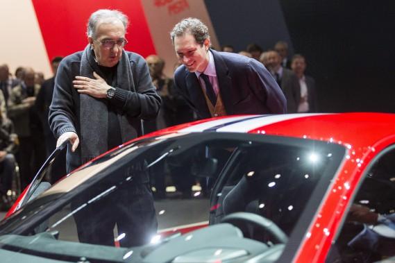 Le PDG de Fiat-Chrysler, Sergio Marchionne (à g.), et leprésident du conseil d'administration John Elkann, examinent la nouvelle Ferrari 488 Pista au Salon de l'auto de Genève. (AP)